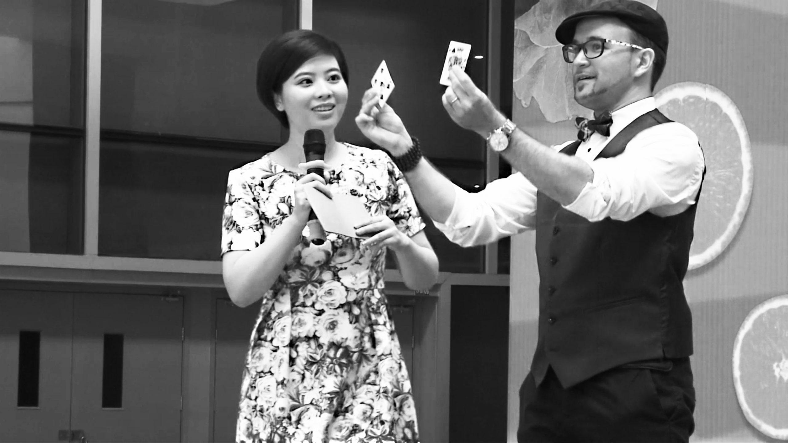 Magicien show soirées entreprise cartes scène mentalisme