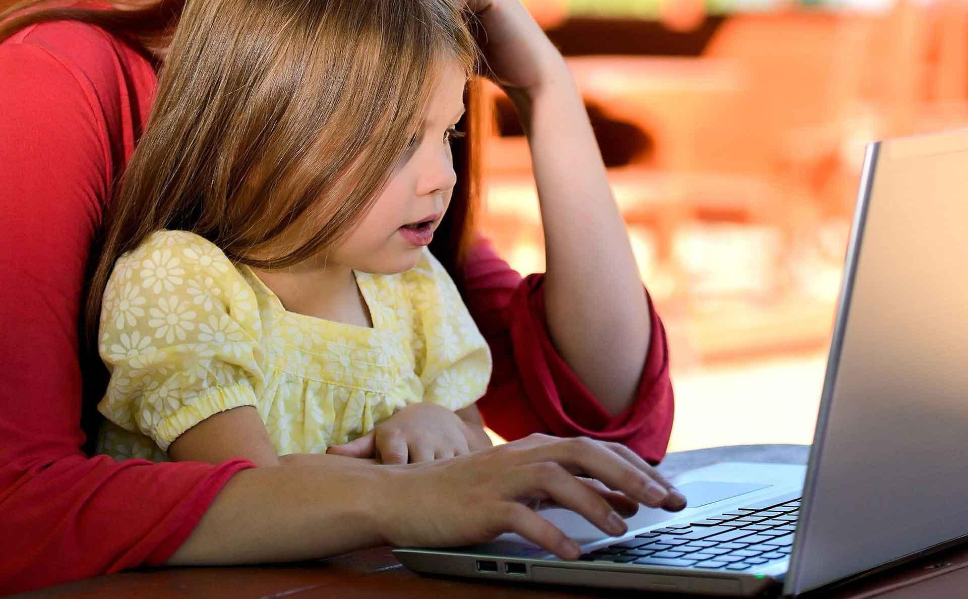 cours de magie en ligne paulmagie maman et fille ordinateur