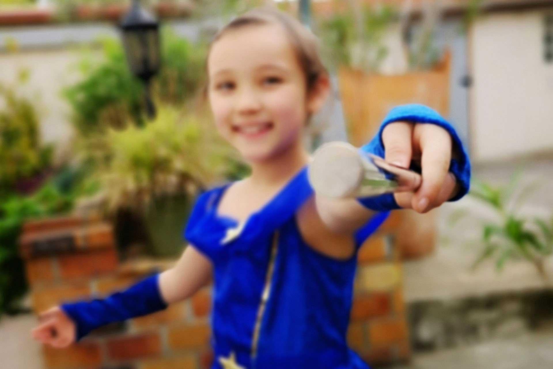 cours de magie en ligne paulmagie fille magicienne baguette robe bleue
